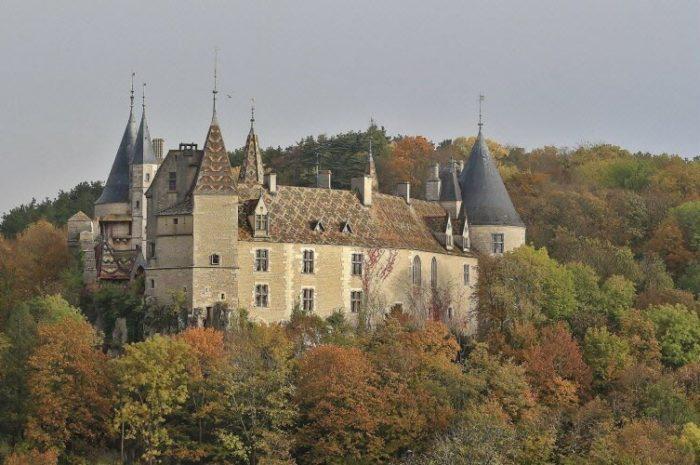 La RochepotLe maire de Beaune Alain Suguenot et le sénateur de la Côte-d'Or Alain Houpert se mobilisent pour sauver les meubles du château